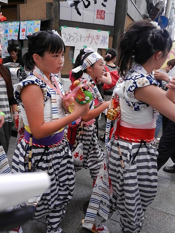 Grade schoolers in the Tenjin Matsuri parade