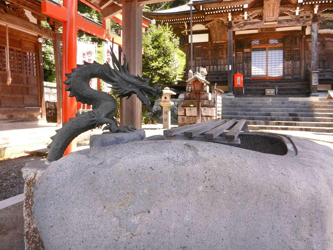 Dragon fountain at Gochikuin Temple