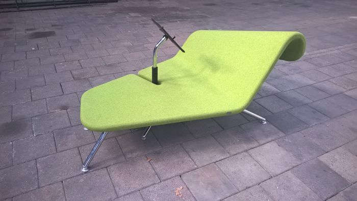 Lounge chair that accommodates a mobile laptop stand