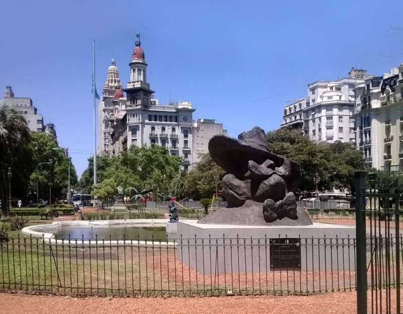 Statue commemorating Alfredo L. Palacios in the Plaza del Congreso.