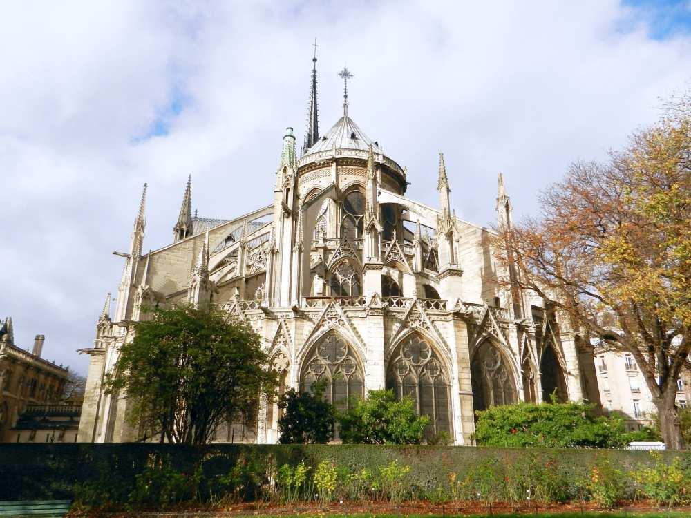 Square Jean XXIII behind Notre Dame