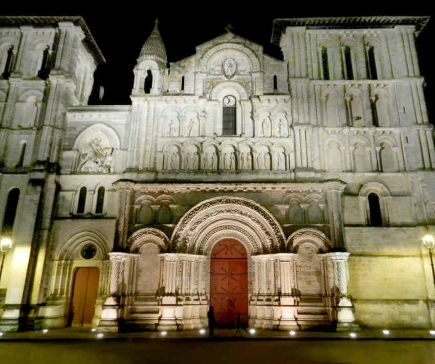 L'Eglise Sainte-Croix (Church of the Holy Cross) at night.