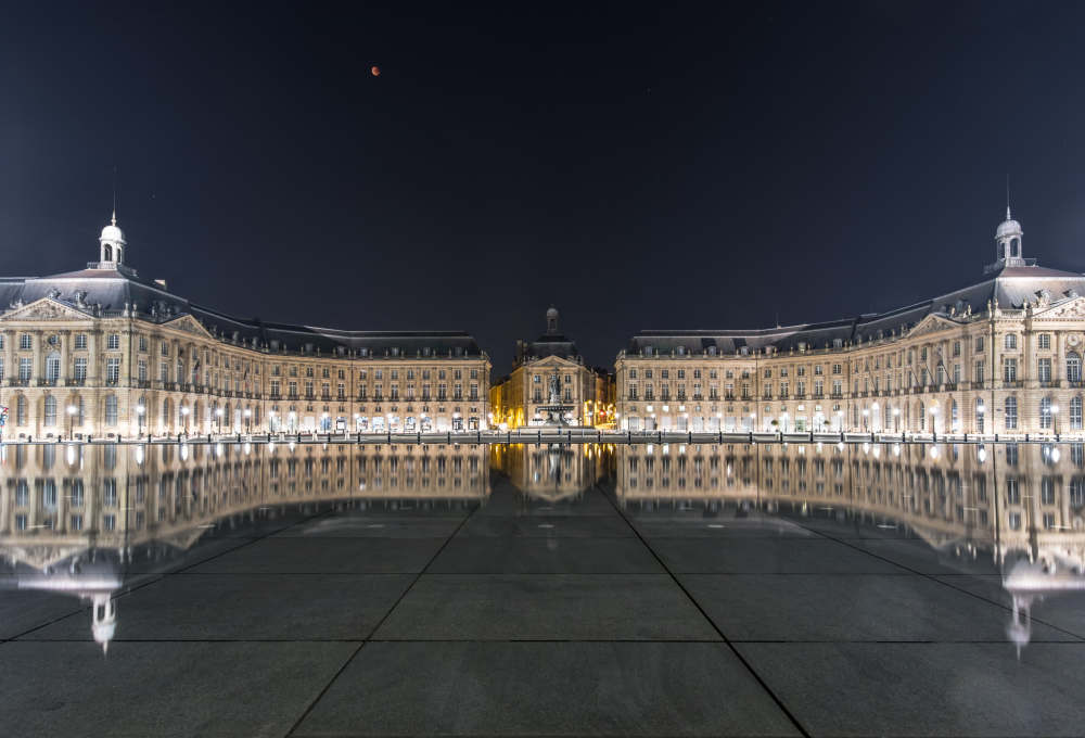 Image of the Place de la Bourse and Miroir d'Eau under a red moon eclipse, courtesy of Mariusz Strawinski.