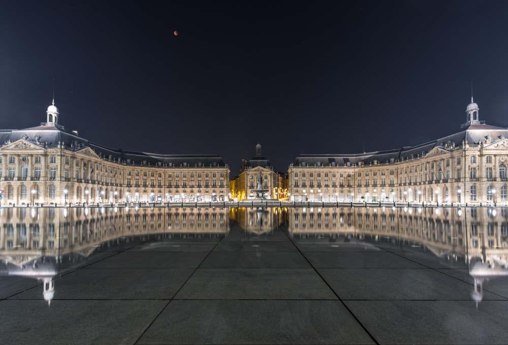 Image of the Place de la Bourse and Miroir d'Eau under a red moon eclipse, courtesy of Mariusz Strawinski.