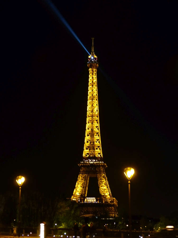 Tour Eiffel at night.