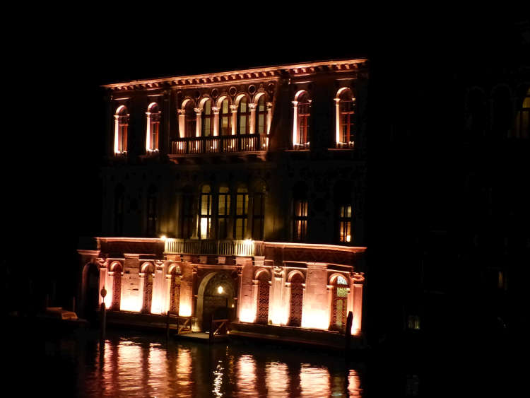 Night picture of a palazzo.